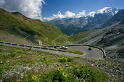意大利东北部斯泰尔维奥山囗海拔2757米,是东阿尔卑斯山上最高的柏油山路。斯泰尔维奥山路有着48个发夹...
