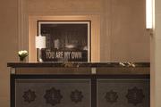 酒店開幕之初的藝術藏品都由室內設計師勞倫·洛特(Lauren Rottet)親自挑選,大堂里那幅由查克·克勞斯...