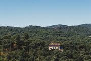 Dehesa地中海森林是伊比利亚黑猪的牧场,供应生猪给不远处哈布果(Jabugo)村几十家火腿厂,同时也属于联...