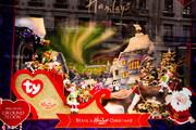当地时间2016年11月3日,英国伦敦,汉姆利玩具店的圣诞橱窗。