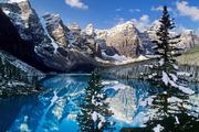 加拿大班夫位在班夫国家公园内的班夫小镇在秋天时有着极美的暖红色自然景致,到了冬天则是绝佳的滑雪场,...