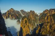安徽黄山,下雪后的黄山景色,云雾缭绕似仙境。