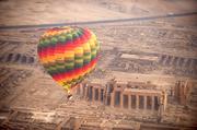 埃及在埃及卢克索旅行,最经典的游览方式就是乘坐热气球,在城市上空俯瞰尼罗河和金字塔的美景。