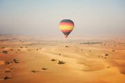 迪拜一半是海水,一半是沙漠的景观,在热气球缓缓升起的同时,渐渐呈现在眼前,海水的蔚蓝,沙漠的壮观,...