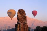 埃及在埃及盧克索旅行,最經典的游覽方式就是乘坐熱氣球,在城市上空俯瞰尼羅河和金字塔的美景。