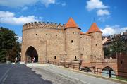 巴比肯:巴比肯是一个半圆形的防御工事,位于华沙老城和新城之间。二战期间,城体建筑受到了严重的破坏,...