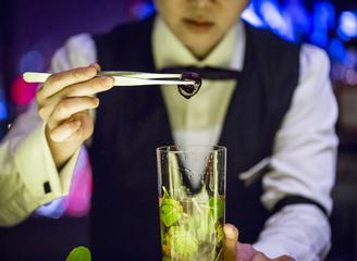 高手间的较量  非凡的感官之旅  ——YUKI邀客座调酒师闪耀北京亮酒吧