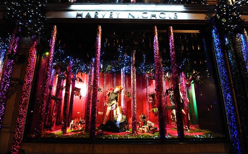 奢华百货:Harrods(哈罗德百货) 地址:87135 Brompton Road, Knightsbridge London SW1X 7XL, United Kingdom 橱窗主题:由Charles Henry Harrod于1834年创立的小商铺如今已是全球最负盛名的哈罗德高级百货了。今年,哈罗德百货与众多国际一线品牌合作推出了The Land Of Make Believe主题橱窗。虽说整体风格都是银装素裹的北欧景观、银桦树和仙境般的冰天雪地,但每个设计师都表现出了独一无二的风格。在S