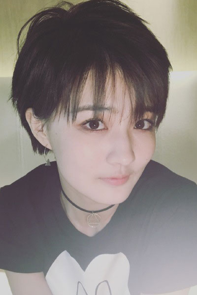 她的偏分短发长度恰到好处到下颌骨,遮脸神器,而且剪了短发的她黑粉少