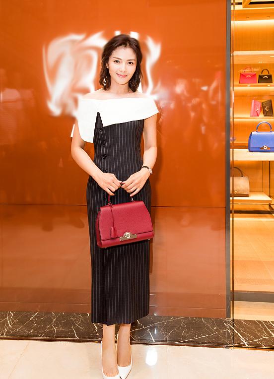 刘涛着一字肩连衣裙出席品牌活动 手举香槟气质优雅