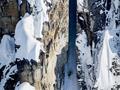 滑雪运动员穿越山脉缝隙垂直滑雪 引网友惊呼