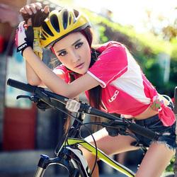 骑自行车的少女