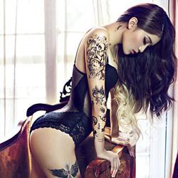 漂亮的纹身女郎