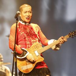 摇滚乐团二手玫瑰北京举行演唱会 主唱梁龙浓妆艳抹不改本色作风