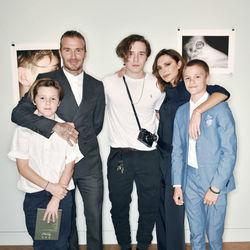 布鲁克林发布首本摄影集 贝克汉姆全家出动独缺小七