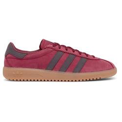 优雅的勃艮第红复刻版足球鞋