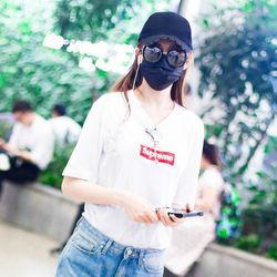 唐嫣Louis Vuitton x Supreme白tee低调随性