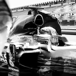 TOMMY HILFIGER携手F1世界冠军车队MERCEDES-AMG PETRONAS MOTORSPORT