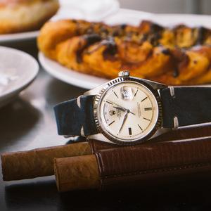 戴一款表在欧洲 享受一人食饭
