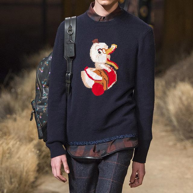 卡通毛衣也能穿搭出帅气感