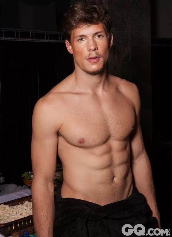 """近日的各大网络平台,都被维秘的美腿、翘臀、酥胸、天使面孔刷爆了,但是猛男版的维密秀你看过密嘛?!今天要给大家送上的视觉大餐,是素有男版""""维多利亚的秘密""""之称的""""天使内裤秀""""---Elian Gallardo 2015。看过之后,你会发现,男模穿什么花色的内裤根本不记得,那些结实的肌肉才让人意犹未尽。"""