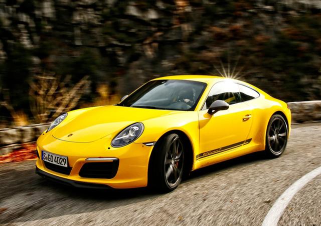 Porsche 911 Carrera T的每一个方面都在努力将运动性和轻便性进行到底,和现款911相比,新款在设计上显得更为简约利落,取消了车内方向盘上的多功能按键、中控液晶屏幕等,替换上了更为短小的挡杆、更轻薄的后窗玻璃等,经计算,减少的重量高达20kg左右,可谓是十分轻巧灵动了。