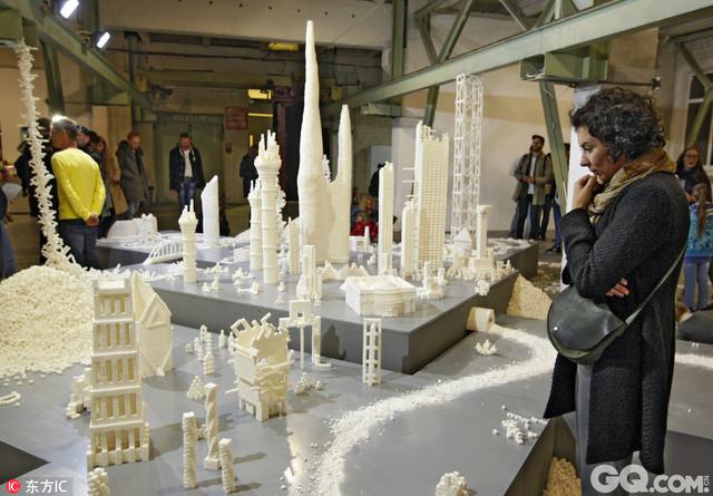 """当地时间2016年9月22日,乌克兰基辅,爱尔兰艺术家Brendan Jamison and Mark Revels在乌克兰第一座议会大厦Teacher's House与当地艺术学校学生利用糖块进行雕塑,再现了伦敦泰特现代美术馆、巴黎蓬皮杜中心以及北京798艺术区等世界著名艺术文化中心,该系列雕塑被取名为""""甜糖民主""""(Sugar democracy)。"""