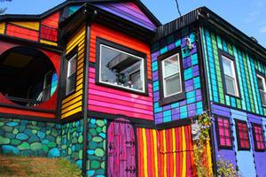 美国艺术家改造破旧农舍 色彩斑斓如童话小屋