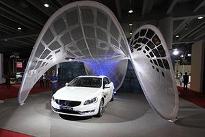 【广州车展】充电是瓶颈?看看沃尔沃的可折叠太阳能充电伞吧!