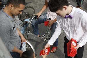 东莞90后土豪结婚 街头派发4万个红包