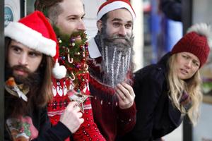 英国男人圣诞新时尚 像圣诞树一样装饰你的胡子