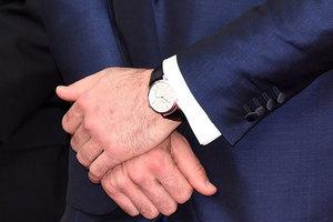 男人正装戴表 主要看手腕