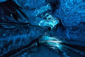 摄影师冒险捕捉冰岛冰洞奇景 黑白蓝三色铸就纯净世界