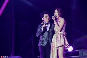 王祖蓝南京演唱会和妻子同台献唱 深情凝望李亚男爱意满满