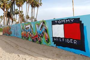 TOMMY HILFIGER将消费者体验式时装秀TOMMYNOW 带入美国加州威尼斯海滩的TOMMYLAND