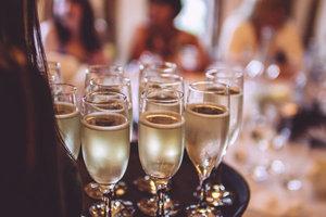 派对季来临 会喝香槟才能玩得更嗨