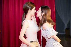 """赵丽颖亲吻自己蜡像 """"希望看见更多的自己"""""""