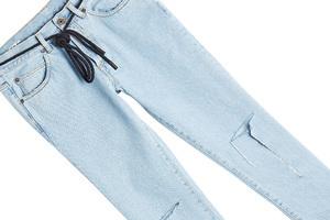 如何将破洞牛仔裤融入各种场合搭配
