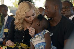 麦当娜造访马拉维大跳当地舞蹈 亲养女额头暖爆了