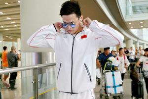 中国游泳队抵京 孙杨墨镜遮面帅气现身