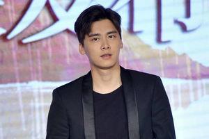 李易峰黑色西装现身《心理罪》发布会 率众演员为四川地震灾区祈福
