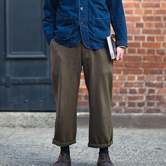 选一条宽松的花裤子