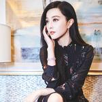 范冰冰穿着ERDEM x H&M 设计师合作系列女装,优雅印花打造复古时尚