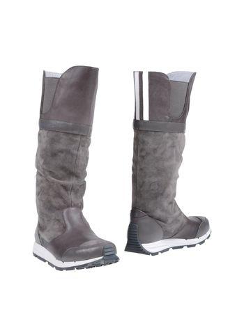 灰色 Y-3 靴子