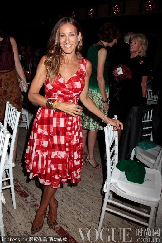 曼哈顿老牌Icon莎拉·杰西卡·帕克雪纺伞裙巧搭粗跟鞋