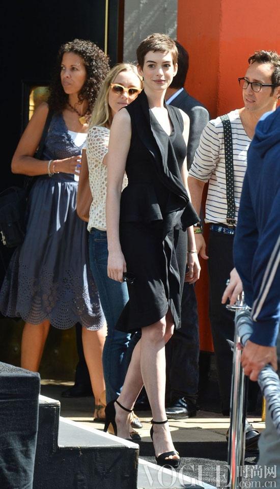 短发 小黑裙:安妮·海瑟薇掀起搭配新风潮