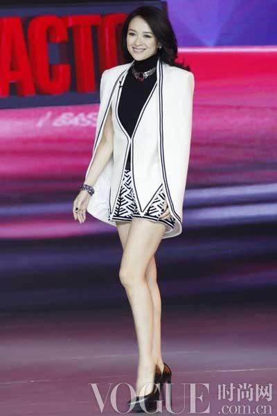章子怡录《中国最强音》表情丰富 服装解密