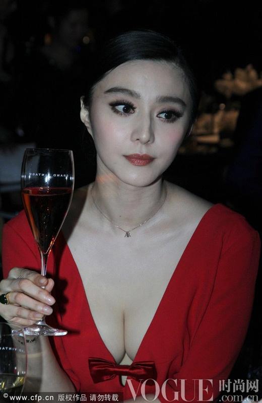 """范冰冰性感红裙艳惊四座 尚雯婕""""素雅""""现身落落大方"""
