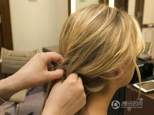在耳朵处将头发编成简单的