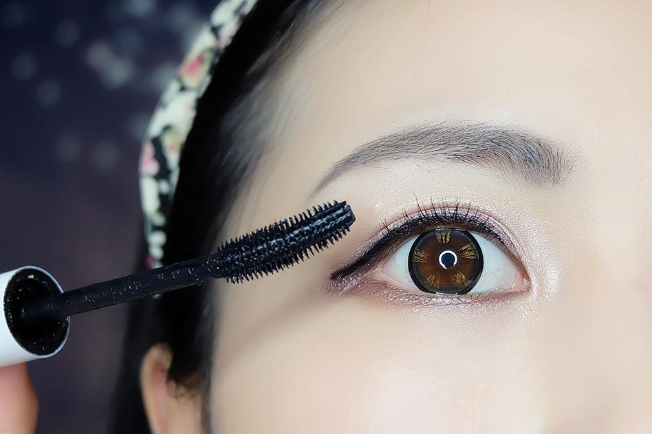 然后用clio眼线笔画内眼线,在用kate液体眼线笔画上眼线.